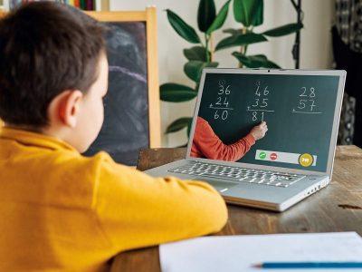 dziecko uczy się przy komputerze